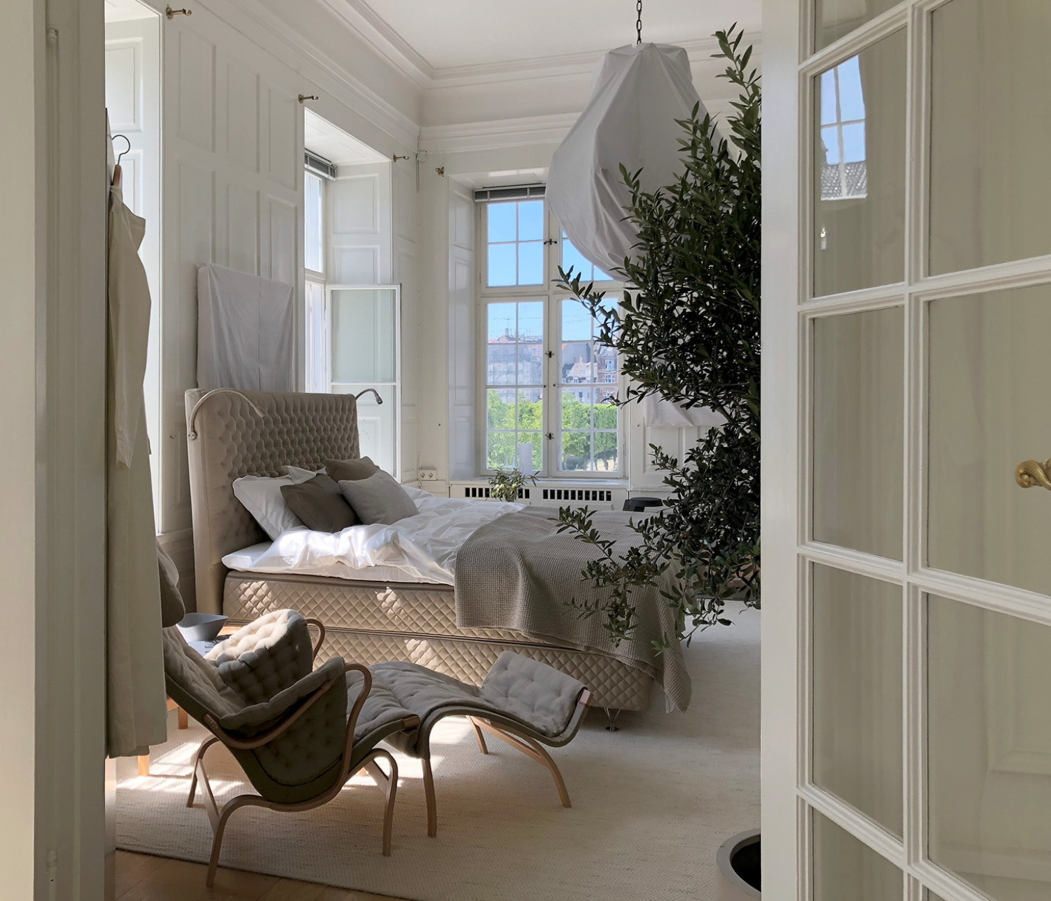 Interior designer Lotta Agaton transformed the rooms of the Swedish embassy into the 3DaysofDesign into a summer house room with beds by DUX.
