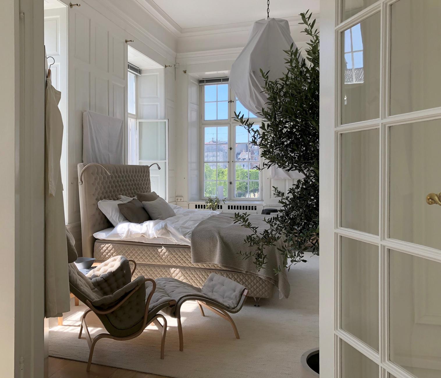 Interior-Designerin Lotta Agaton verwandelte die Räume der schwedischen Botschaft zu den 3DaysofDesign in einen Sommerhaustraum mit Betten von DUX.