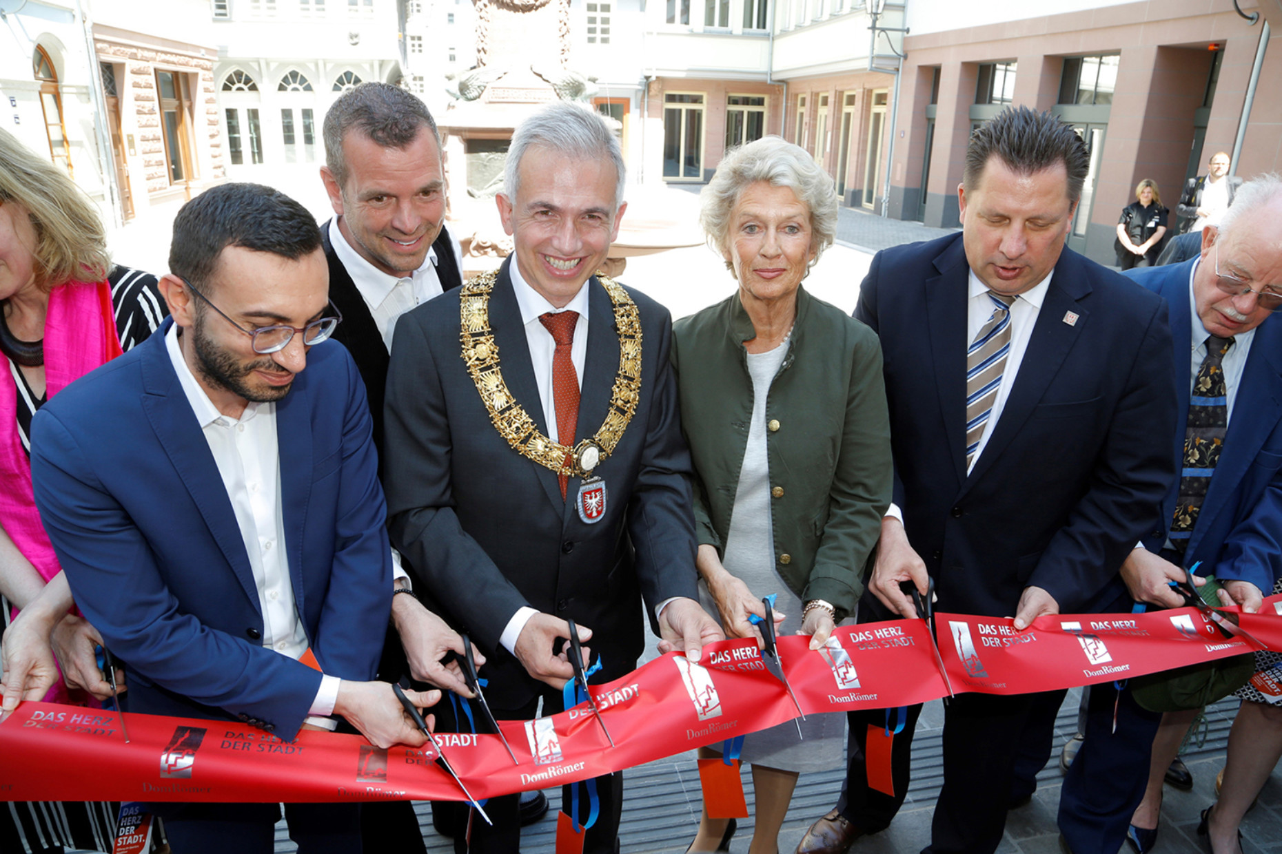 Symbolic opening of the old town by Frankfurt's Lord Mayor Peter Feldmann (with chain of office) and his predecessor Petra Roth.​​