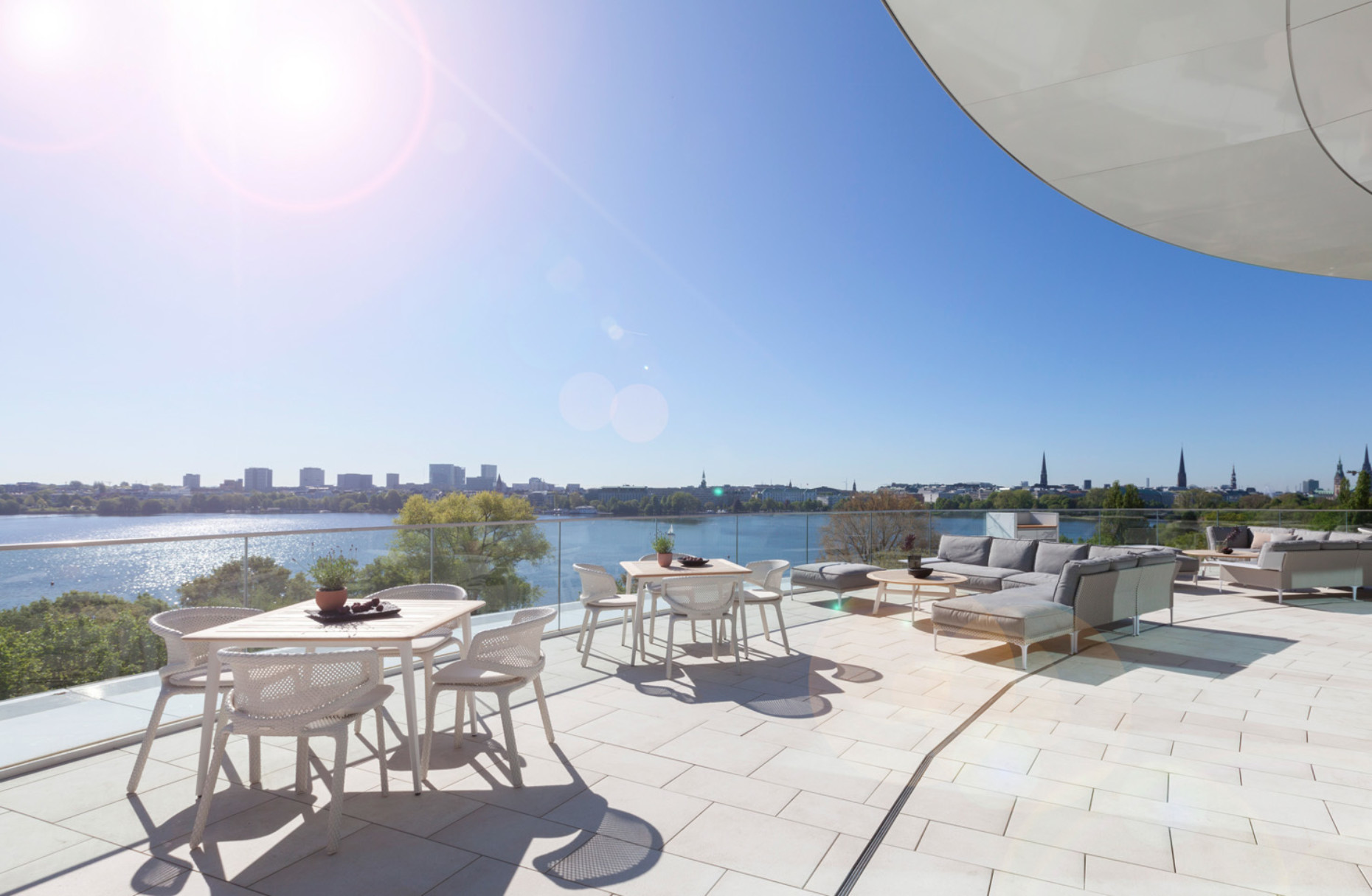 "Roof terrace with outdoor furniture ""Seashell"", ""WA"", ""Rayn"" and ""SeaX"" by Dedon"