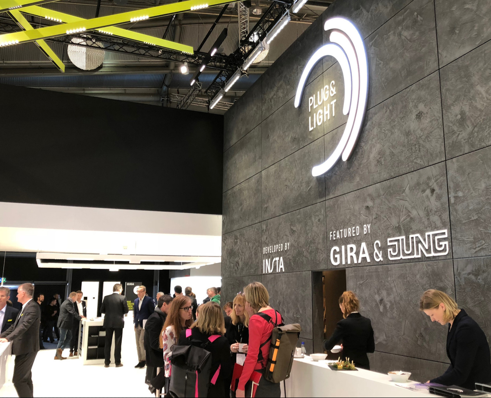 Great freedom in lighting design: Insta, Jung, Gira and Brumberg combine light sockets and luminaires based on a magnetic insert with Plug & Light. The individually attachable light attachments share a standardised interface.