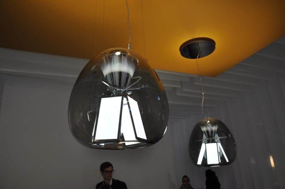 "Artemides Pedelleuchte ""Harry H."" von Designerin Carlotta de Bevilacqua verbindet OLED- und LED-Technologie."