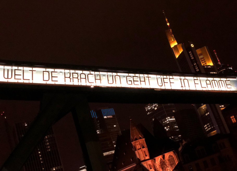 """""""Hibb der Bach un dribb der Bach"""" by Fabian Thiele on the metal arches of the Iron Bridge refers to the poem of the same name by the Frankfurt dialect poet Friedrich Stoltze."""