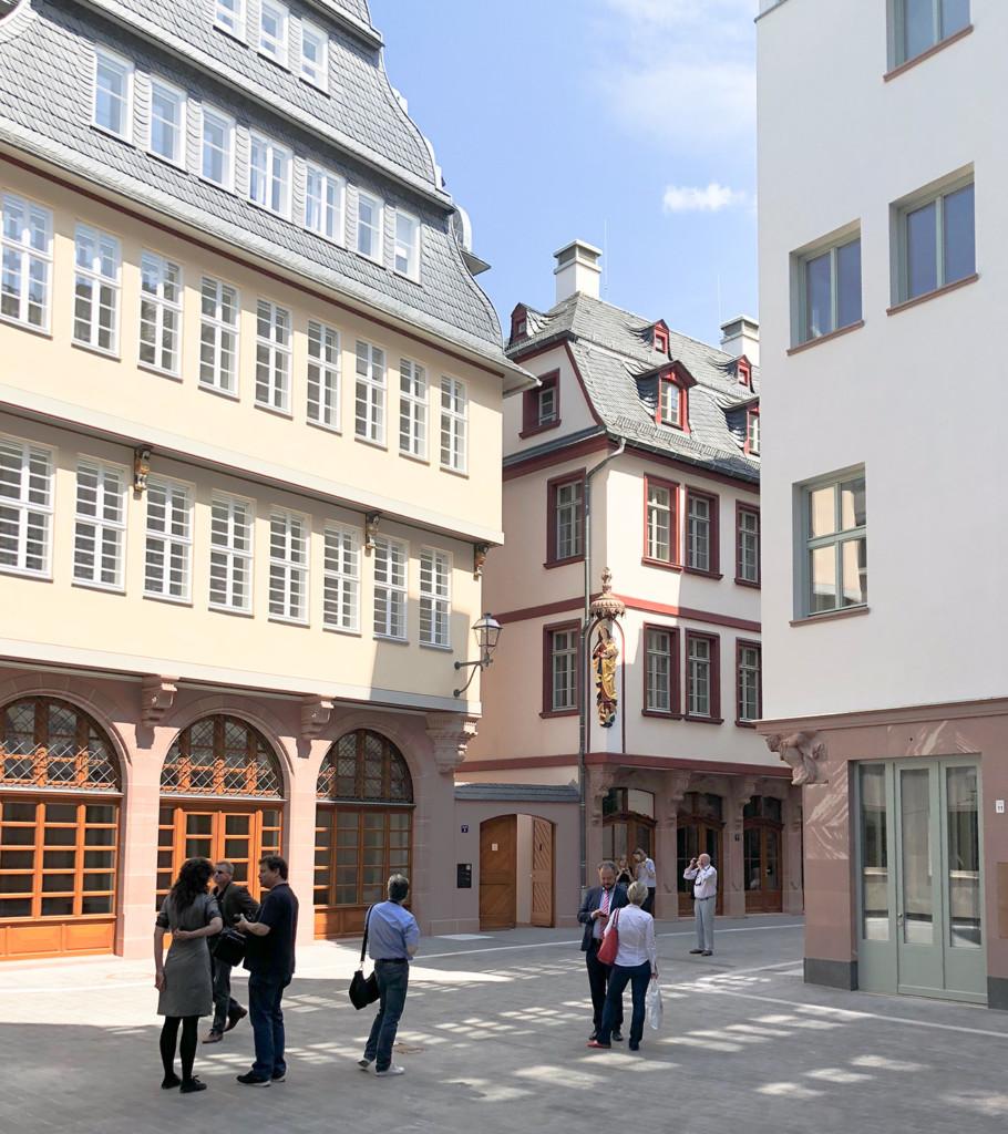 """View into the alley """"Hinter dem Lämmchen""""."""