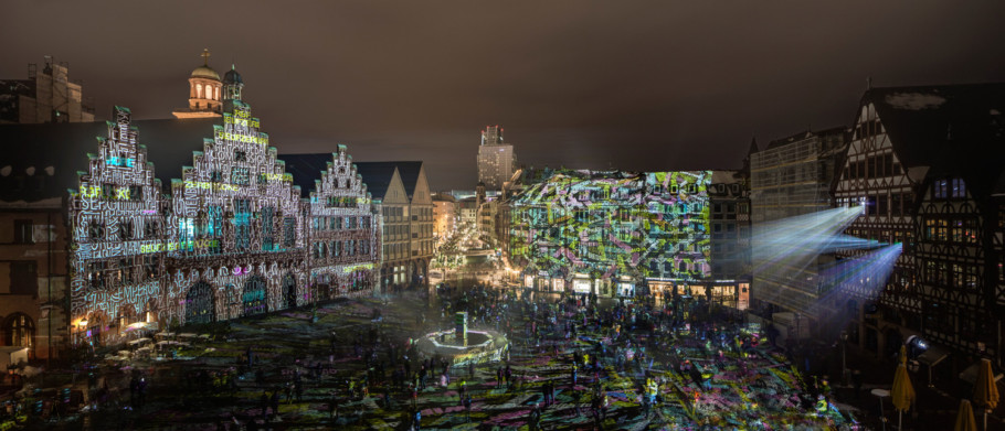 """""""Frankfurt Fades"""" by Philipp Geist creates a walk-in work of light art that picks up terms and illustrations on the meaning of the Römer and lets the visitor become part of the installation."""