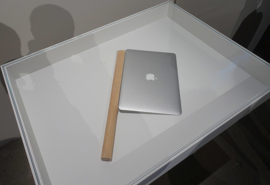 Computer as kitchen aid: Japan's Shimabuku not only exhibits a MacBook Air, its edge sharpened to emulate a knife, but also a video, in which we see what he did with it and that you can in fact easily slice apples with it.