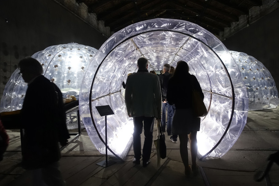 Luminescent foil air-locks: The Italian Pavilion was turned into a large, technoid lab.