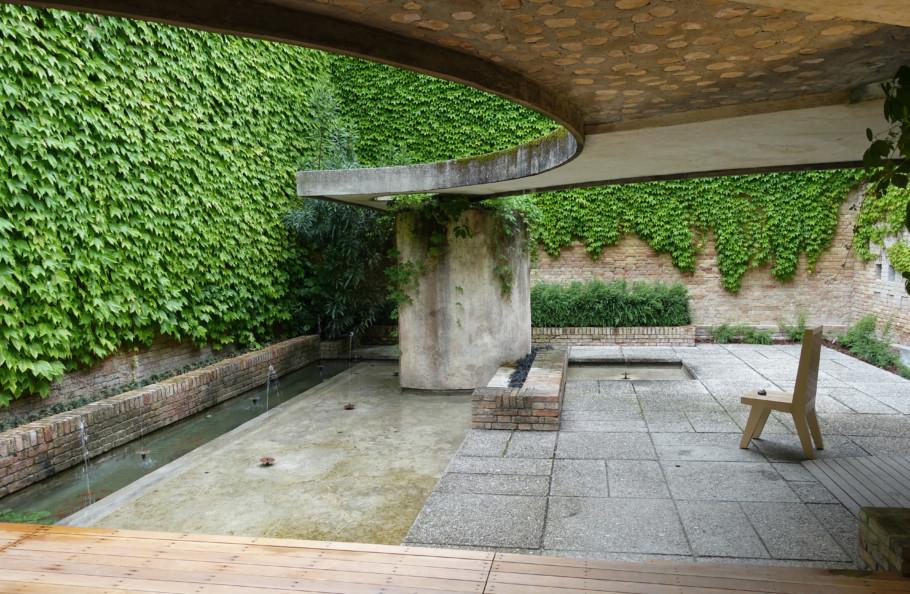 Jeder bekommt ein Geschenk, das er nicht öffnen soll: Lee Mingwei stellt in Carlo Scarpas Skulpturen-Garten im Zentralpavillon einen Stuhl, auf dem man Ruhe finden und den Ort genießen kann.