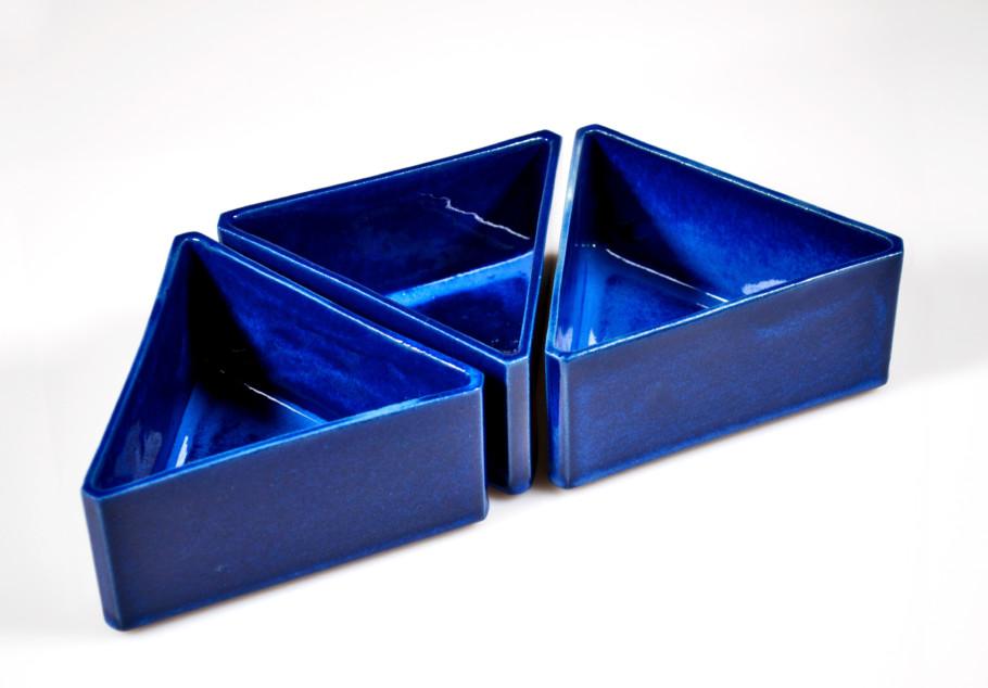 Dreiecksschalen stapelbar, Feinsteinzeug gegossen, Glasur mit Cobaltnitrat und Cobaltoxid (1961-1970)