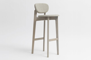 Zenso Bar – Fully upholstered seat and padded back  by  Zeitraum