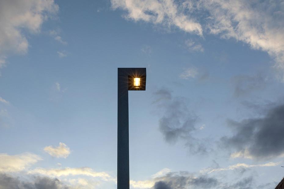 Planea M pole light