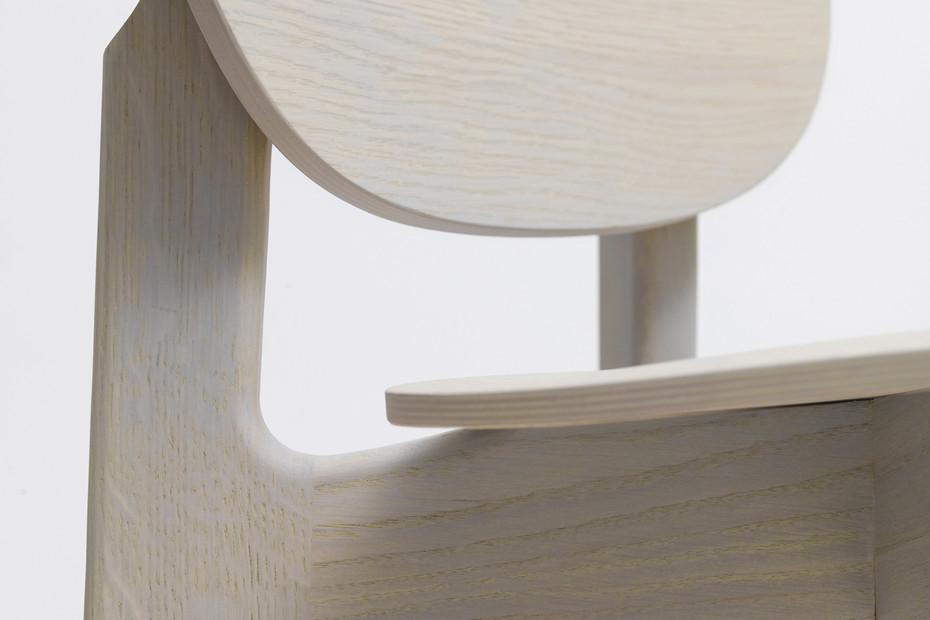 Zenso Bar – Holzsitz und Holzrücken