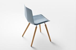 Stratos mit Holzbeinen  von  Maxdesign