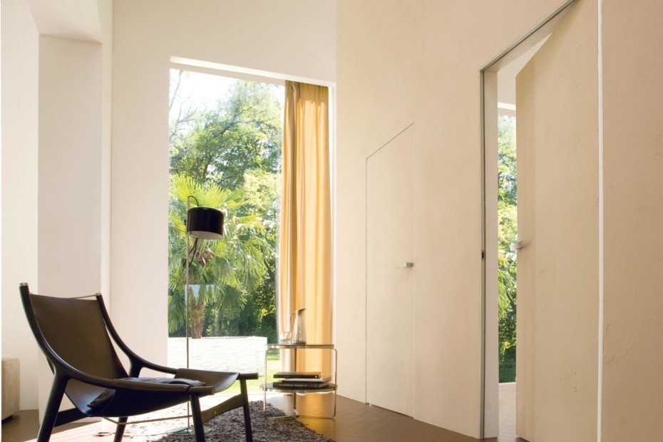 Trait swing door