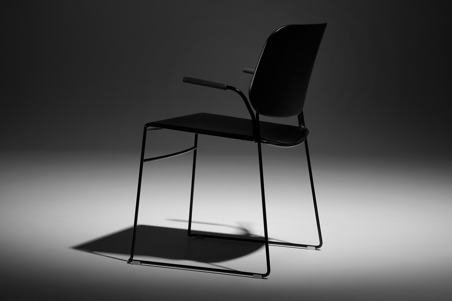 Lite chait with armrests