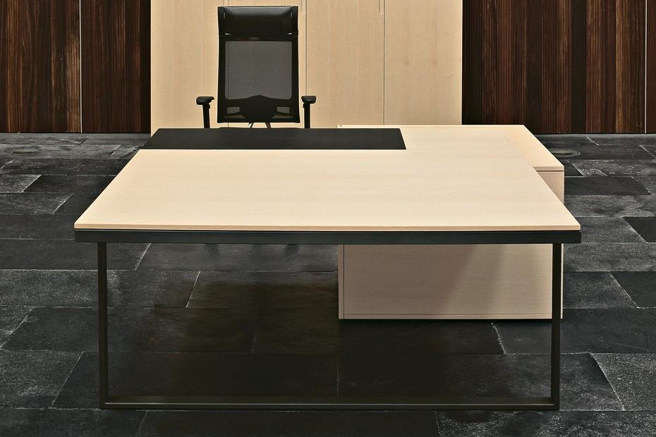 MH+ manager desk