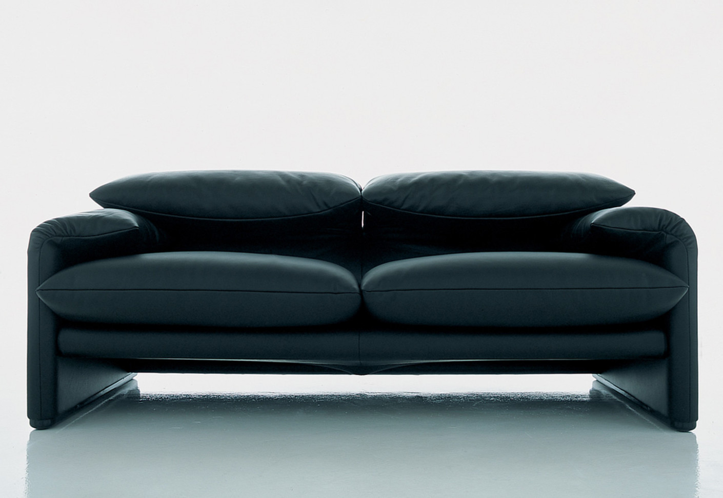 maralunga 2 sitzer sofa von cassina stylepark. Black Bedroom Furniture Sets. Home Design Ideas