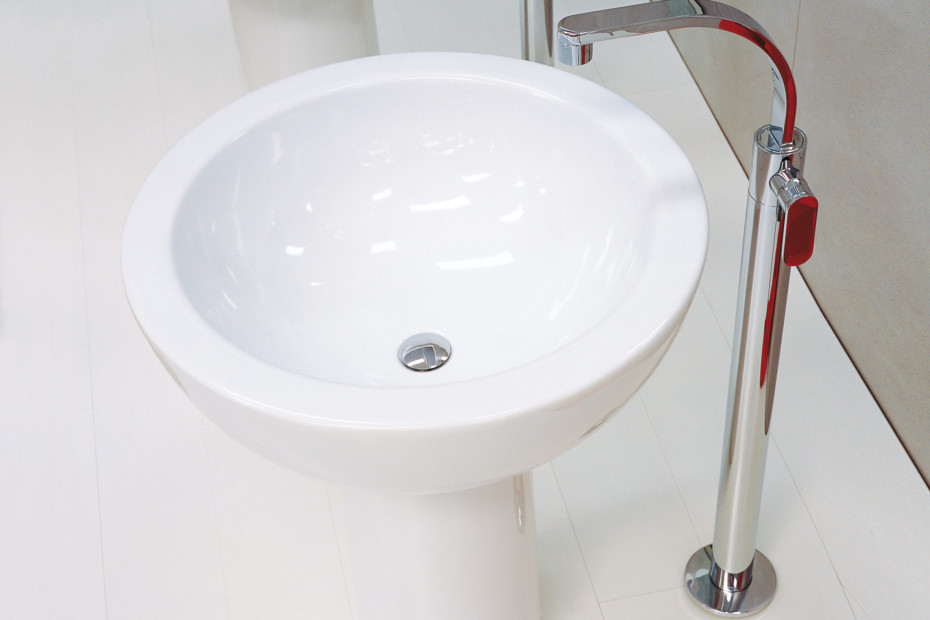 One basin mixer free-standing