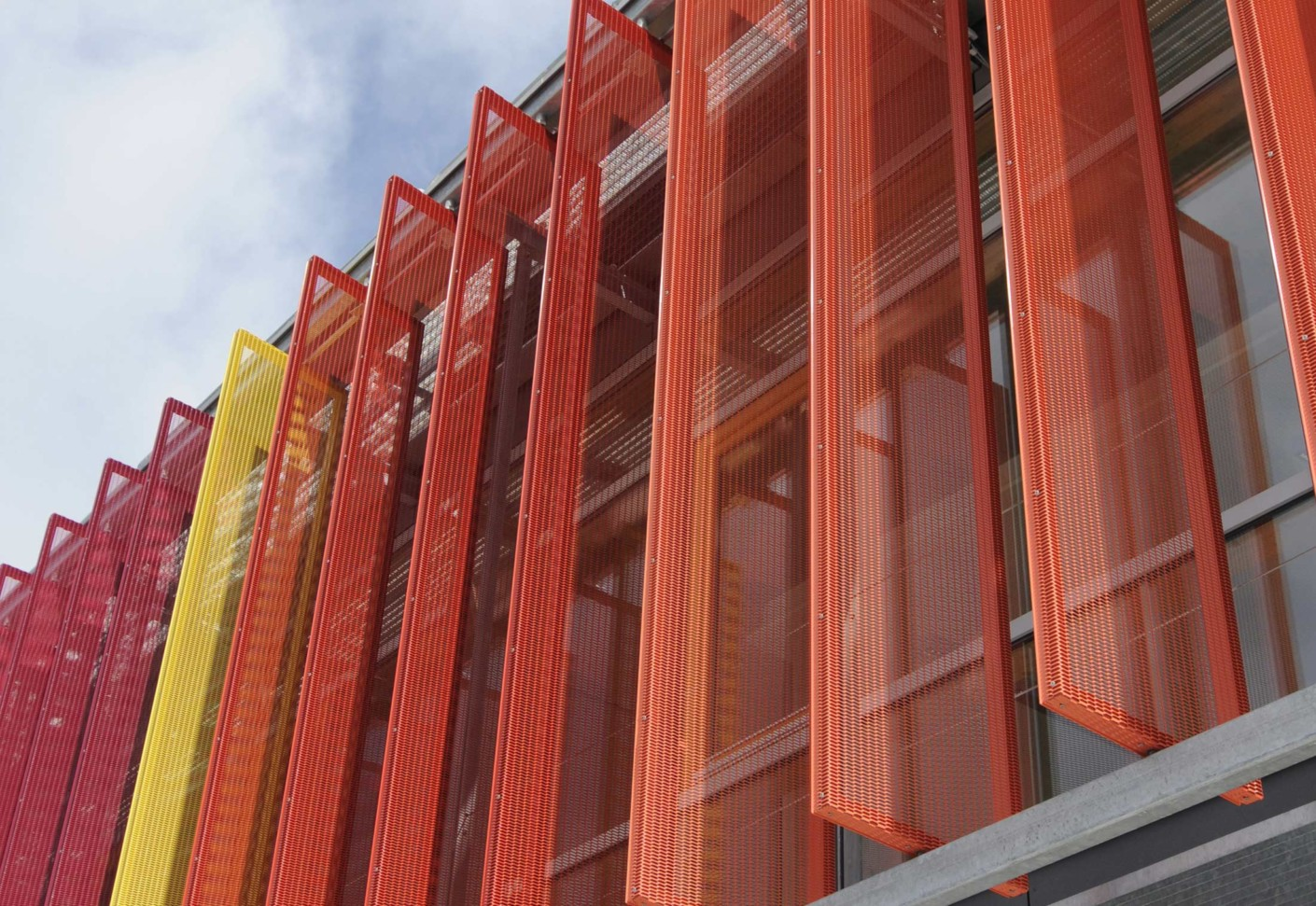 Front Elevation Of College Building : Verstellbare vertikale großlamellenfassade von colt