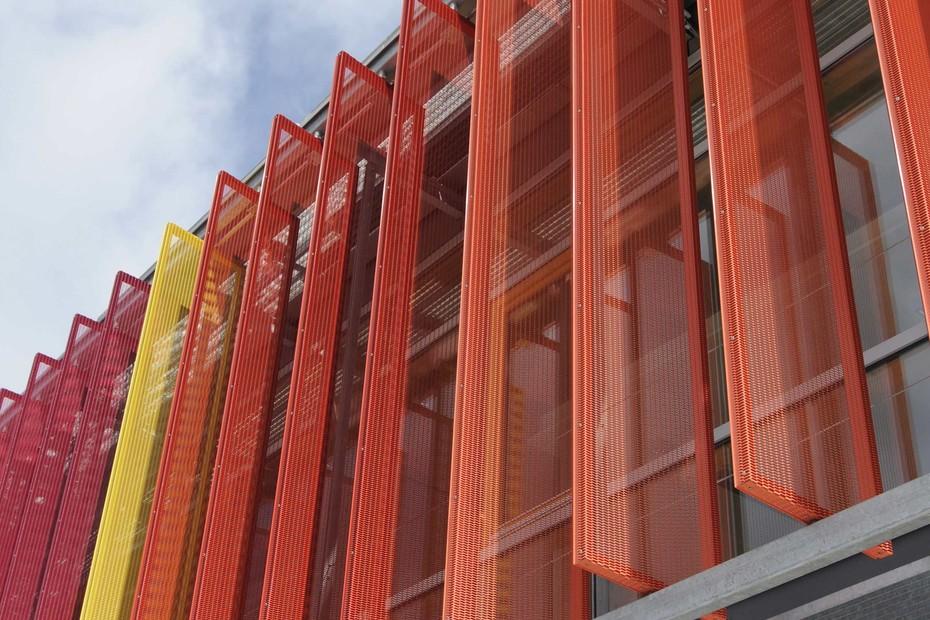 Verstellbare, vertikale Großlamellenfassade