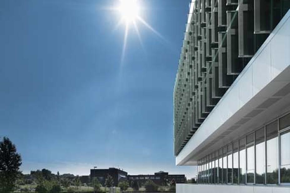 Wetterfühlige bewegliche Glaslamellenfassade