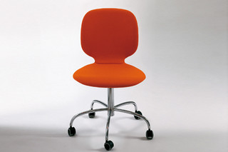 Alis chair with castors  by  Crassevig