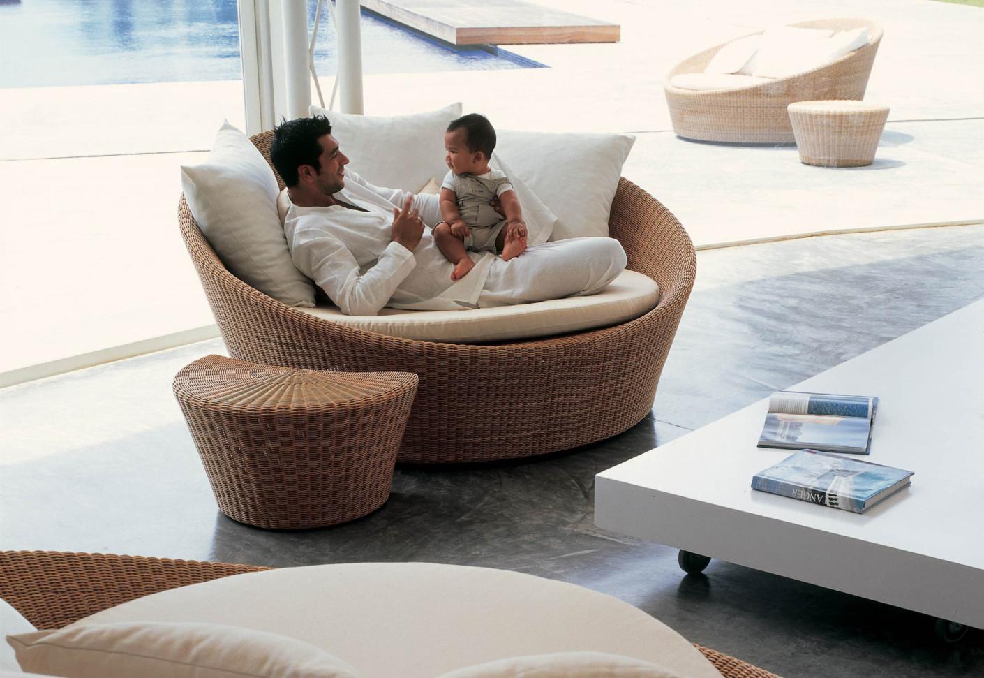 orbit side table half moon by dedon stylepark. Black Bedroom Furniture Sets. Home Design Ideas