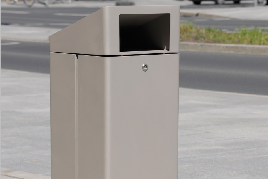 Litter bin 810 with roof top