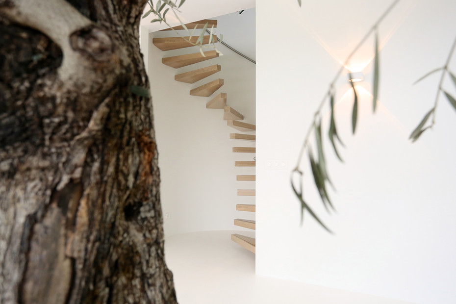 Spiral floating staircase