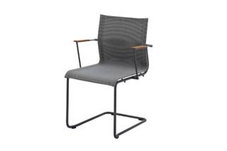 Sway Stapelstuhl mit Armlehnen  von  Gloster Furniture