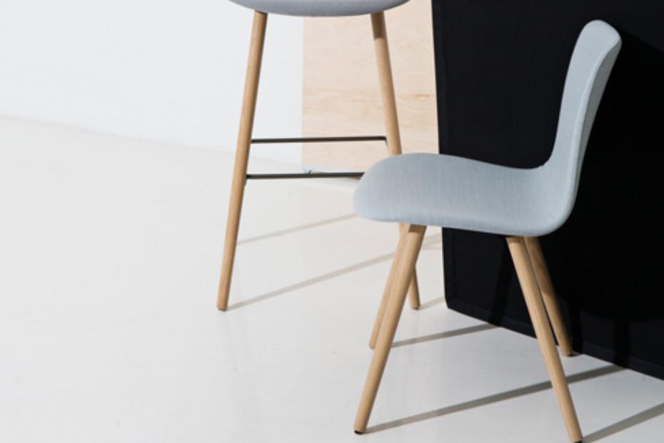 Sola Stuhl mit Holzbeinen