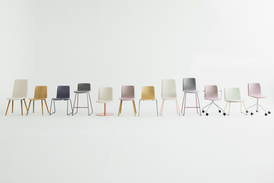 Sola conference chair with wooden legs