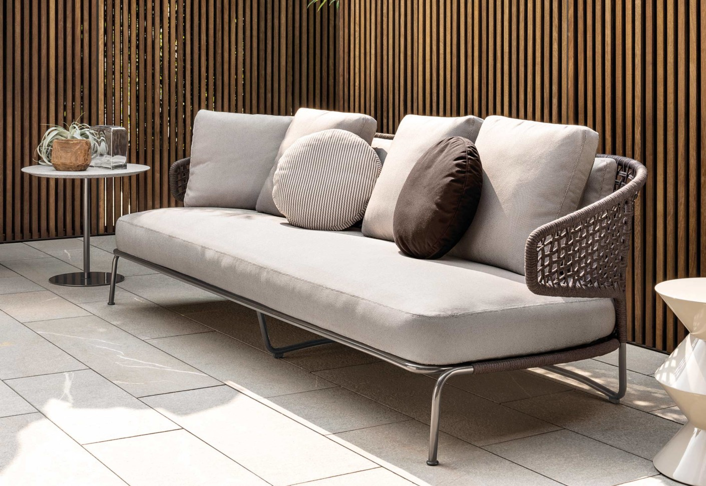 aston cord outdoor sofa von minotti stylepark. Black Bedroom Furniture Sets. Home Design Ideas