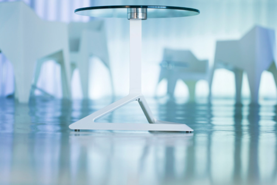 Delta Tisch mit Glasplatte