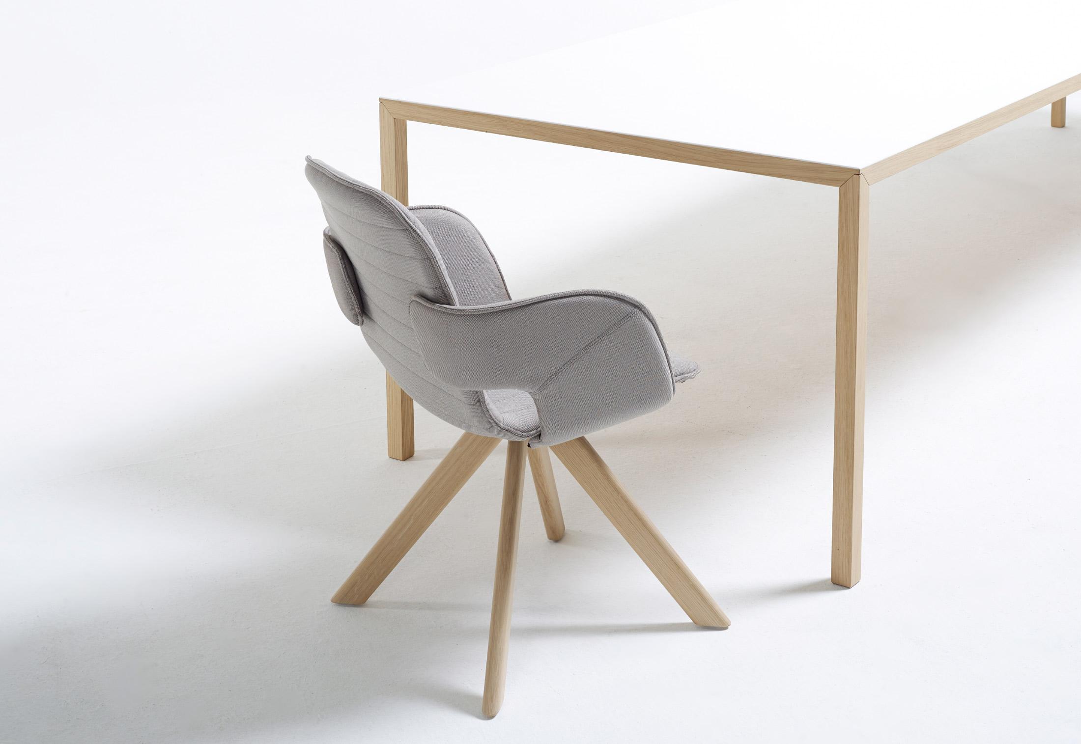 Flux Stuhl mit Holzbeinen von Arco