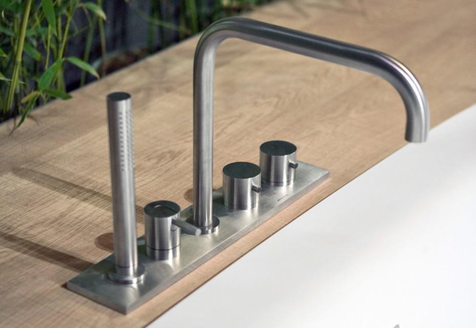 Ayati faucet for bathtub