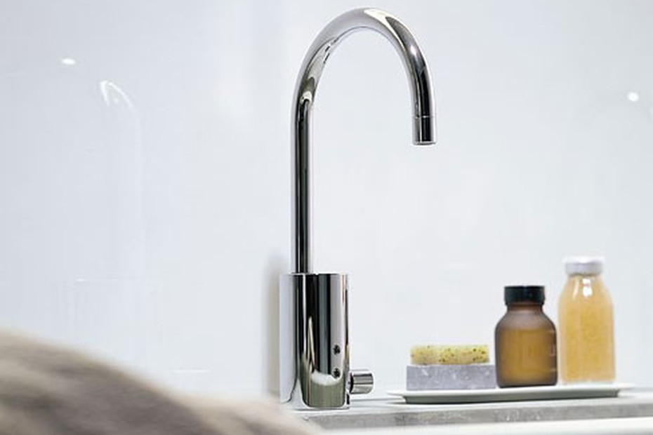 eMote Infrared single-hole basin mixer with pop-up waste