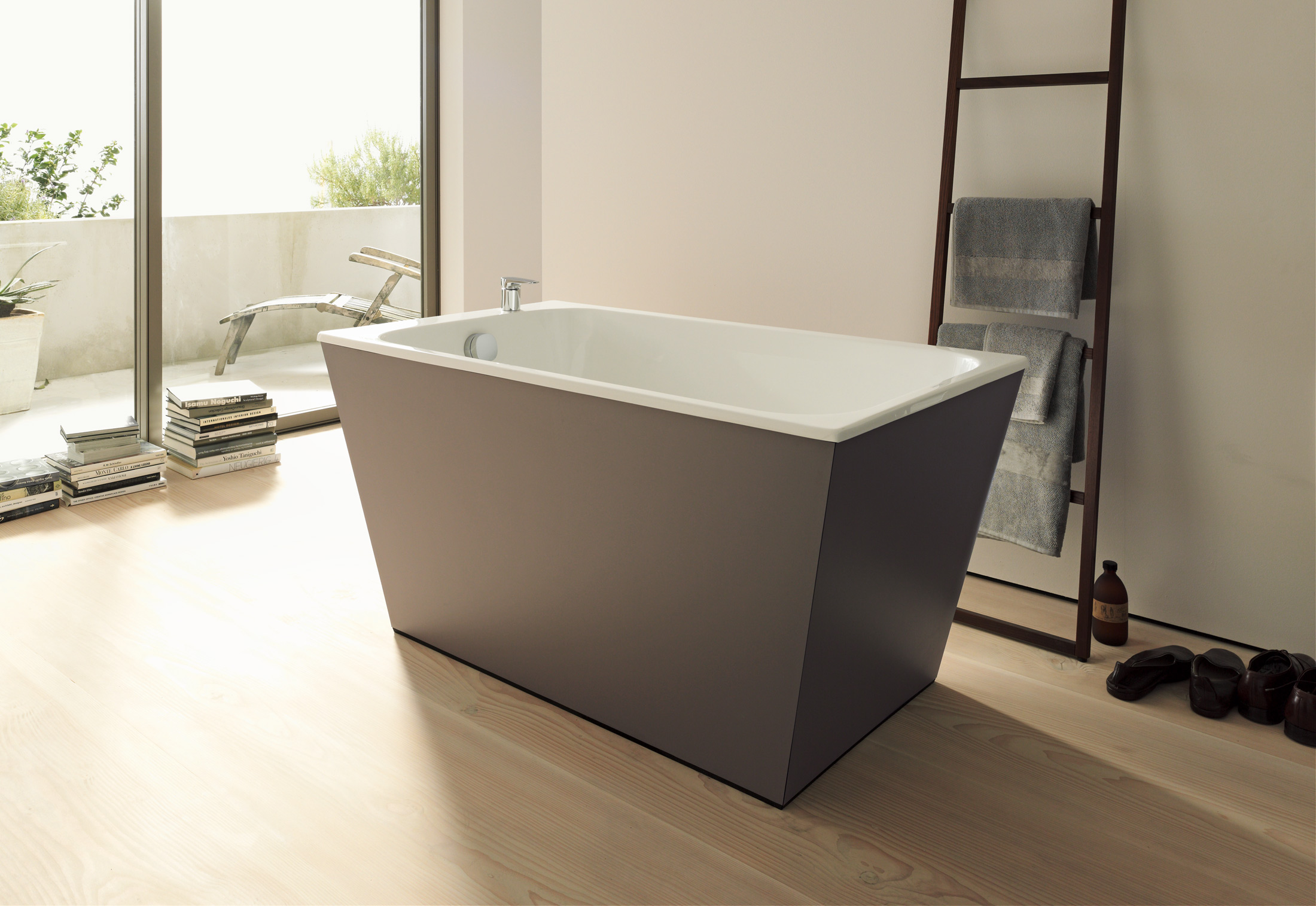 onto stand alone bath tub by duravit stylepark. Black Bedroom Furniture Sets. Home Design Ideas