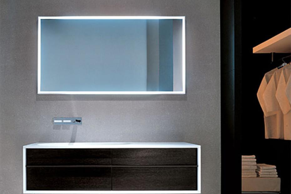 Spiegel mit Leuchtrahmen
