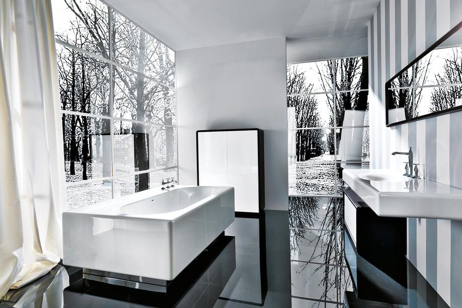 Peace Hotel bath tub