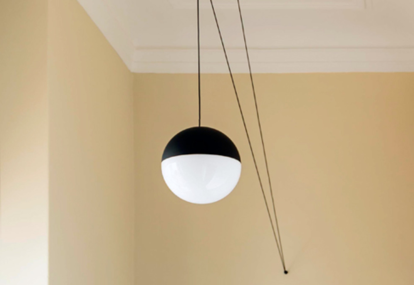 string light sphere by flos stylepark. Black Bedroom Furniture Sets. Home Design Ideas