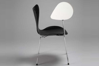 SERIES 7™ - 3107 with writing tablet  by  Fritz Hansen
