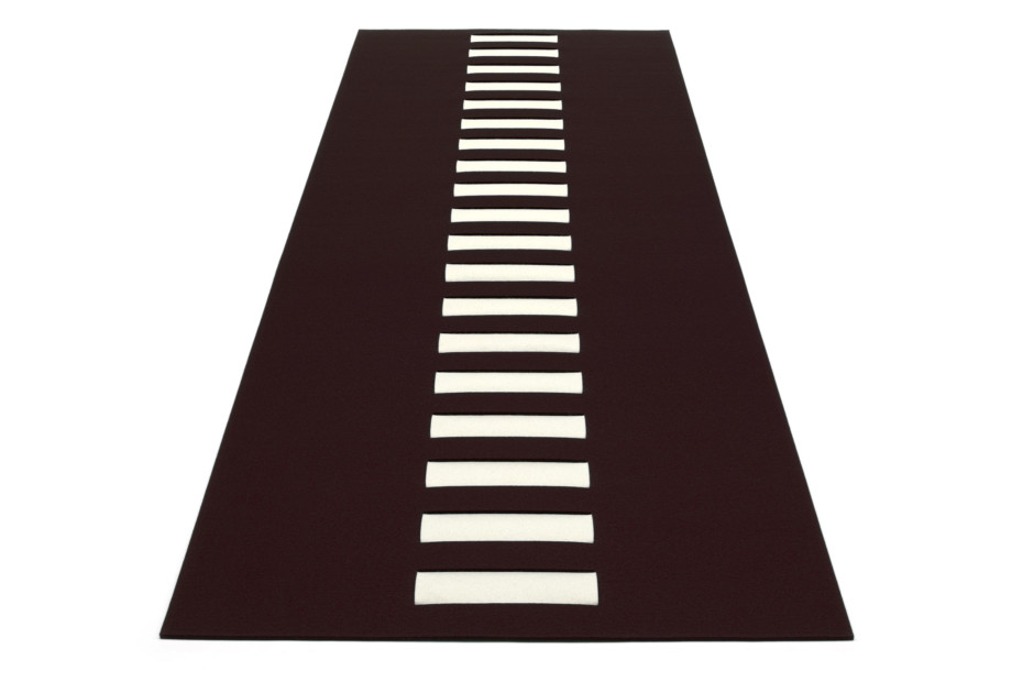Rug splitted with central interwoven stripe