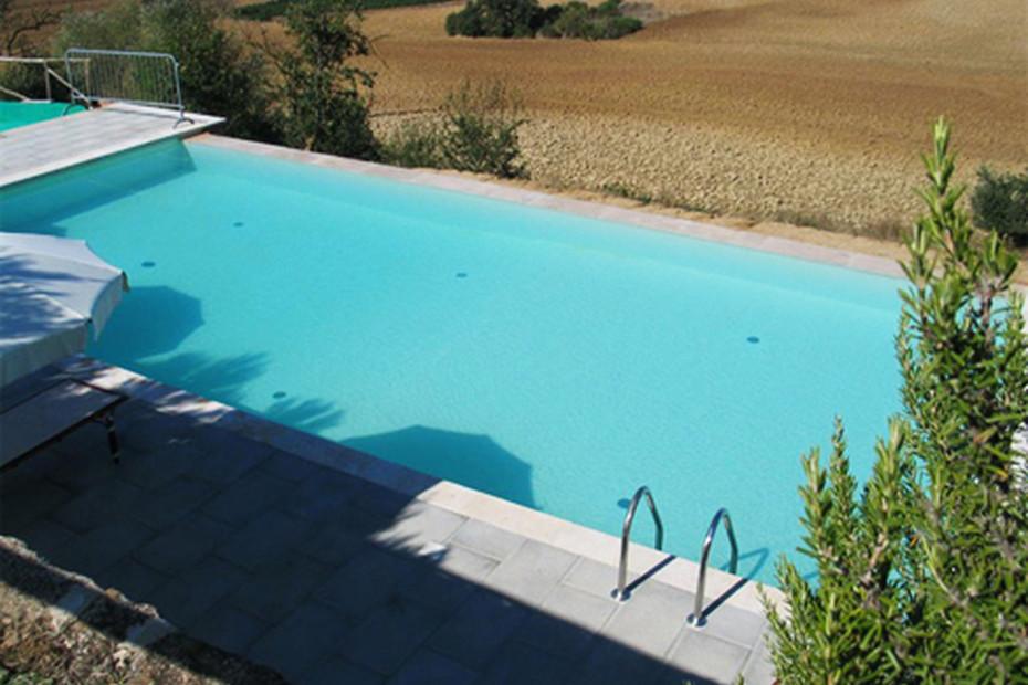 Überlaufschwimmbecken beschichtet mit sandfarbenem PVC