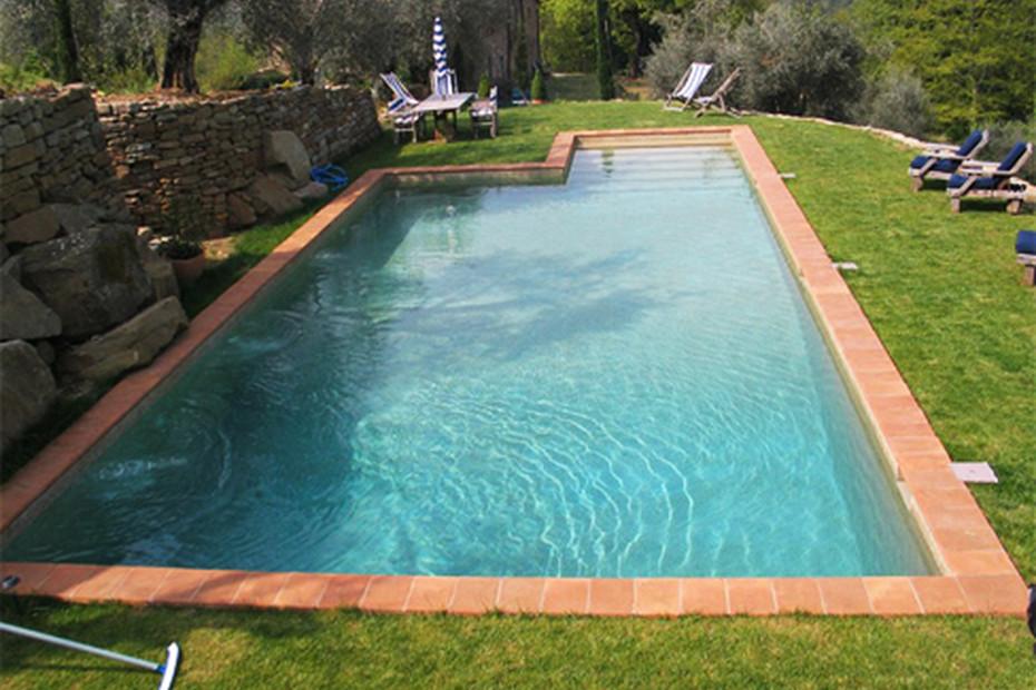 Schwimmbecken mit Skimmer beschichtet mit Naturstein