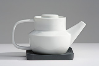 Huellas tea pot  by  Industreal
