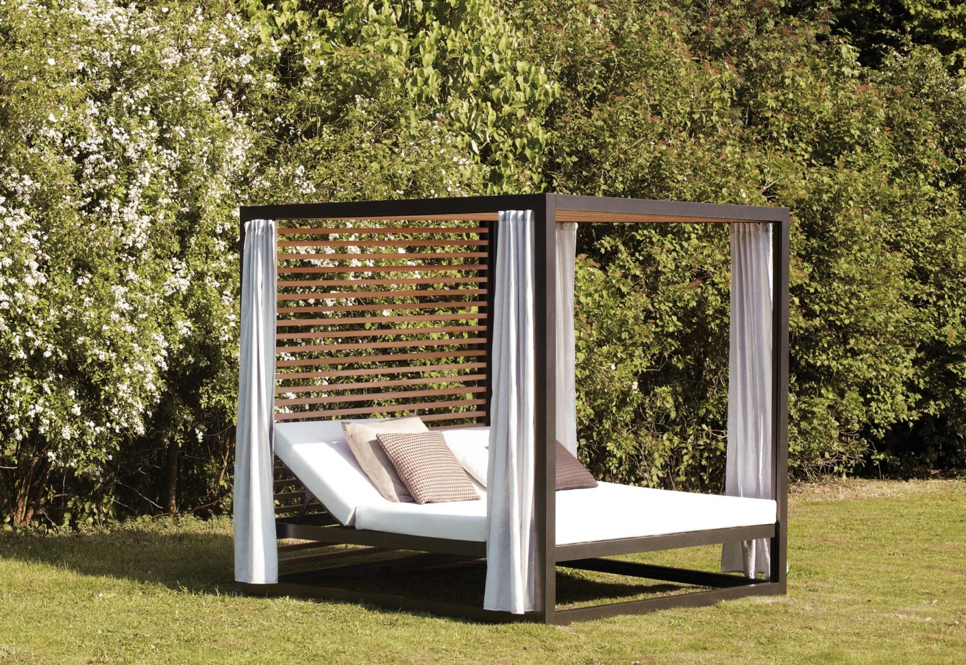 Landscape daybed by kettal stylepark for Outdoor landscaping