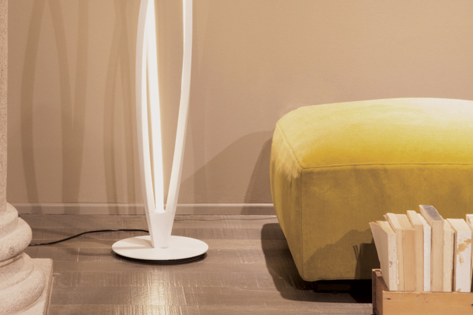 In the wind floor lamp