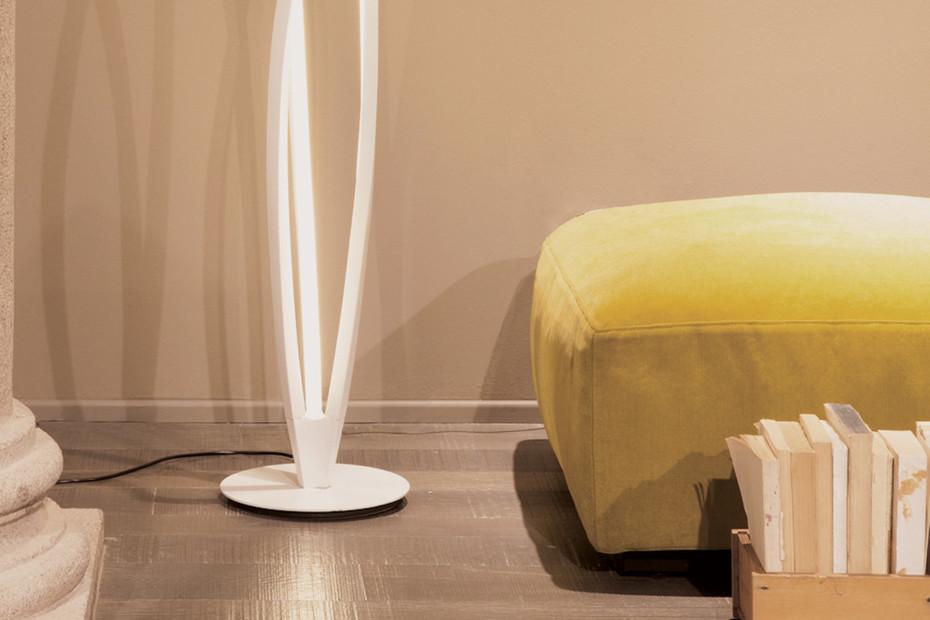 In the wind floor lamp