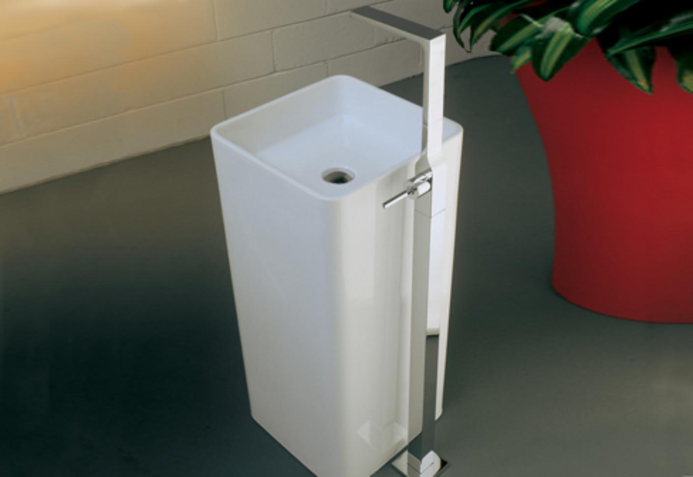 Waterblade_j basin mixer free standing by Ritmonio | STYLEPARK